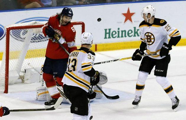 Brankář Bostonu Tuukka Rask vyráží Jágrem (vlevo) tečovanou střelu.
