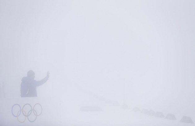 Mlha zhatila závod biatlonistů s masovým startem.