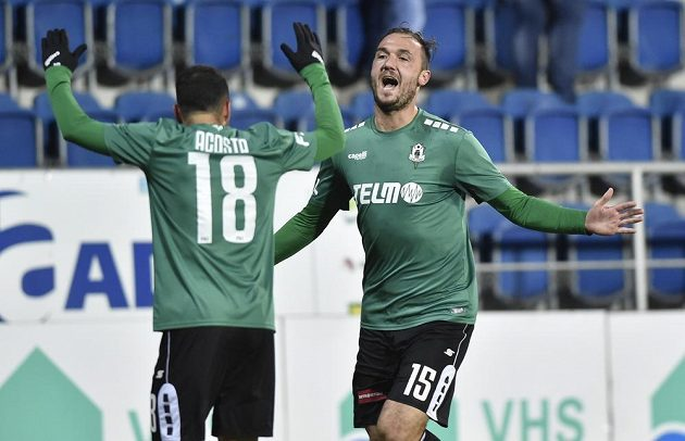 Zleva Rafael Acosta a Martin Doležal z Jablonce se radují z gólu.