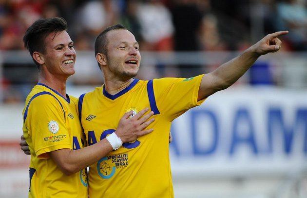 Střelec Egon Vůch z Teplic (vlevo) se raduje z gólu se spoluhráčem Tomášem Vondráškem.