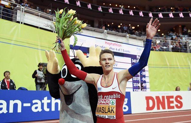 Běžec Pavel Maslák oslavuje s květinou zlato z HME v Praze.