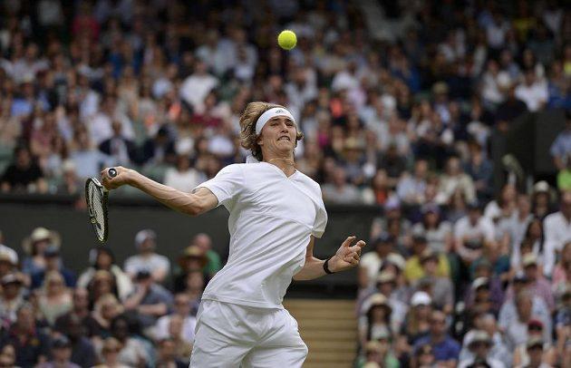 Němec Alexander Zverev během utkání 3. kola Wimbledonu s Tomášem Berdychem.