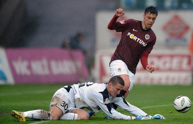 Brankář Teplic Tomáš Grigar (vlevo) a záložník Sparty Praha Václav Kadlec bojují o míč.