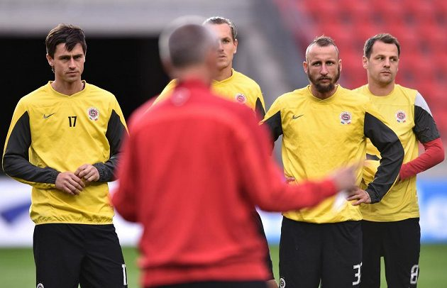 Sparťanský trenér Vítězslav Lavička uděluje hráčům pokyny během tréninku. Zleva naslouchají Kamil Vacek, Ondřej Švejdík, Michal Breznaník a Marek Matějovský.