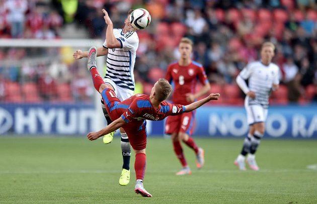 V souboji Andreas Christensen z Dánska a český záložník Martin Frýdek.