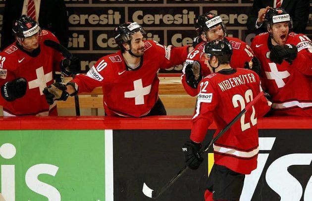 Góóól! Švýcaři oslavují trefu Nino Niederreitera.