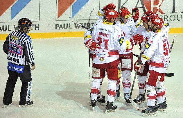 Třinečtí hokejisté se radují ze vstřelení gólu proti Kladnu.