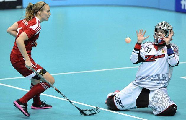 Michelle Wikiová ze Švýcarska dotírá na českou brankářku Janu Christianovou v souboji o bronz na MS.
