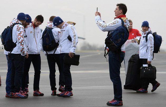 Hokejový obránce Tomáš Kaberle si fotí letadlo, kterým vyrazil do Soči.