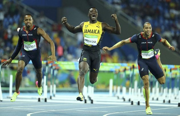 Nejrychlejší muž letošní sezóny Omar McLeod z Jamajky získal zlato v běhu na 110 metrů překážek.