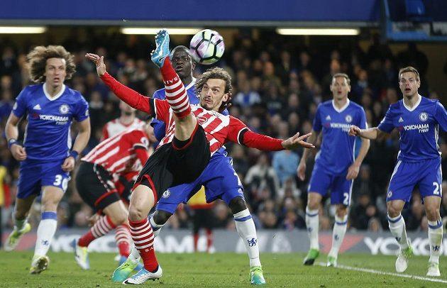Pokus o zakončení přes hlavu v podání Manola Gabbiadiniho ze Southamptonu.
