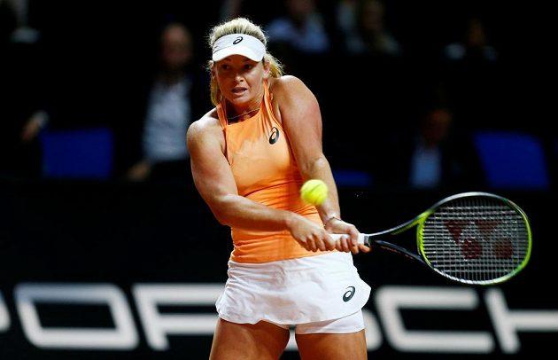 Coco Vandewegheová z USA při finále ve Stuttgart proti Karolíně Plíškové.