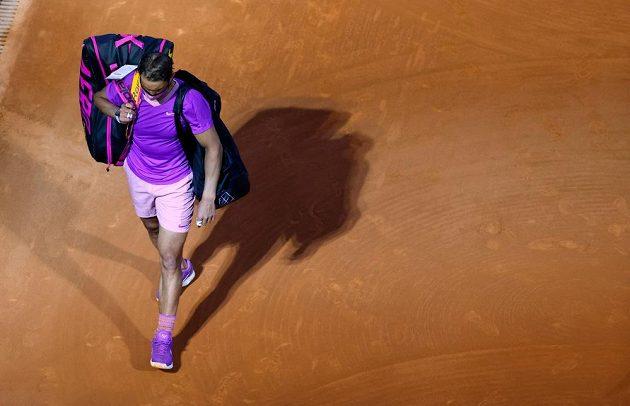 Rafael Nadal zklamaně opouští kurt