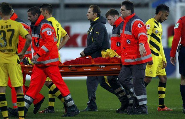 Marco Reus nedohrál zápas v Paderbornu, se zraněným kotníkem musel na nosítka.
