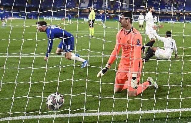 Thibaut Courtois loví podruhé míč ze sítě. Do finále Ligy mistrů jde Chelsea