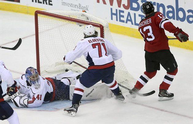 Nico Hischier z New Jersey Devils překonává Vítka Vaněčka v brance Washingtonu.