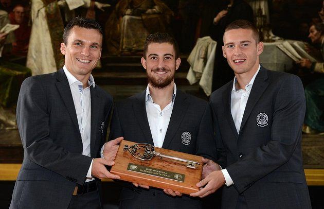 Hráči fotbalové Sparty (zleva) David Lafata, Lukáš Vácha a Pavel Kadeřábek převzali na Staroměstské radnici od primátora Hudečka klíč za vítězství v derby.