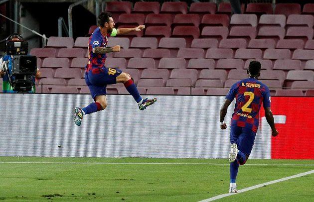 Lionel Messi se raduje z druhého gólu Barcelony proti Neapoli. Vpravo Nelson Semedo.