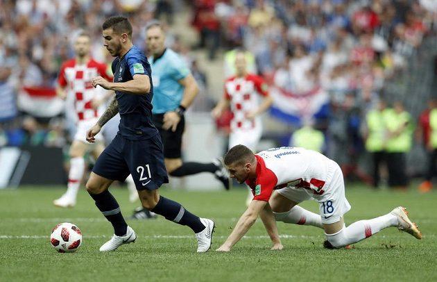 Francouz Lucas Hernandez (vlevo) uniká Chorvatu Ante Rebičovi.