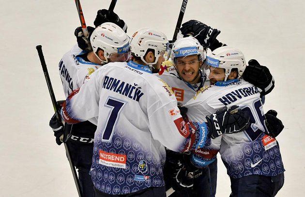Hokejisté Kladna se radují z gólu Marka Hovorky (vpravo).