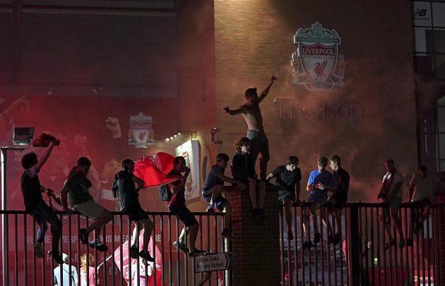 Fanoušci v Liverpoolu vyrazili slavit do ulic.