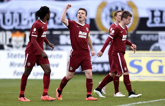 David Lafata oslavuje svůj gól proti Hradci Králové.