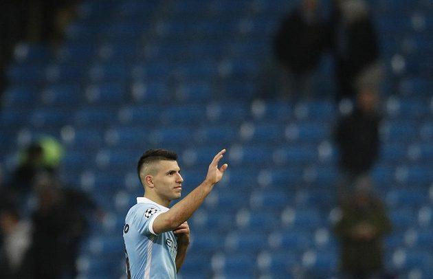 Útočník Manchesteru City Sergio Agüero zdraví fanoušky po skončení odvetného osmifinálového duelu Ligy mistrů s Dynamem Kyjev.