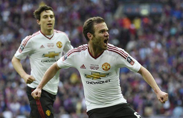 Juan Mata slaví vyrovnávací gól Manchesteru United.