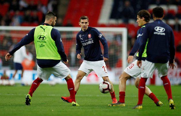 Rozcvičující se čeští fotbalisté před utkáním ve Wembley.