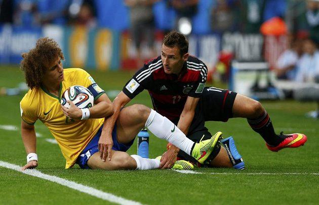 Německý ostrostřelec Miroslav Klose (vpravo) po souboji s Davidem Luizem.