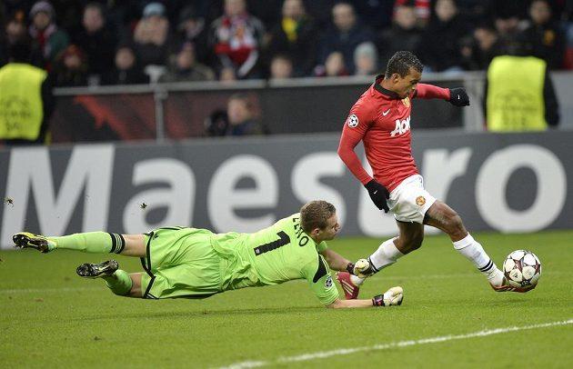 Nani střílí pátý gól Manchesteru United v souboji s Leverkusenem.
