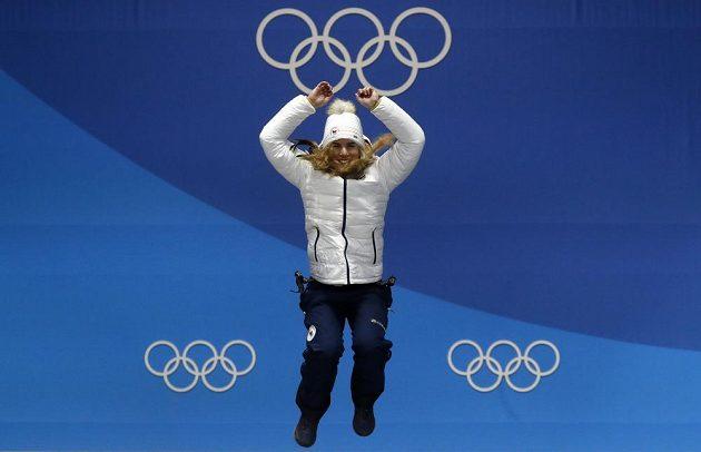 Ester Ledecká před předáním druhé zlaté medaile na ZOH v Jižní Koreji.