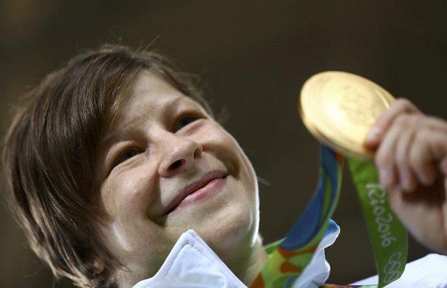 Slovinská judistka Tina Trstenjaková slaví zlato ve váhové kategorii do 63 kg.