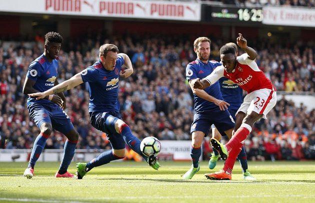Fotbalista Manchesteru United Phil Jones blokuje střelu Dannyho Welbecka z Arsenalu během šlágru Premier League.