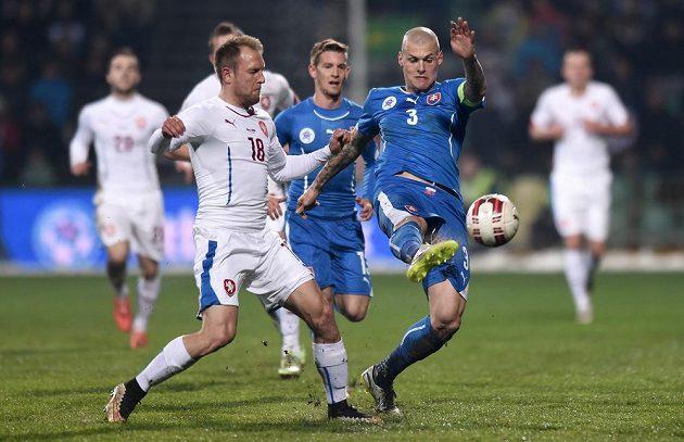 Český záložník Daniel Kolář a Martin Škrtel ze Slovenska během přátelského utkání v Žilině.