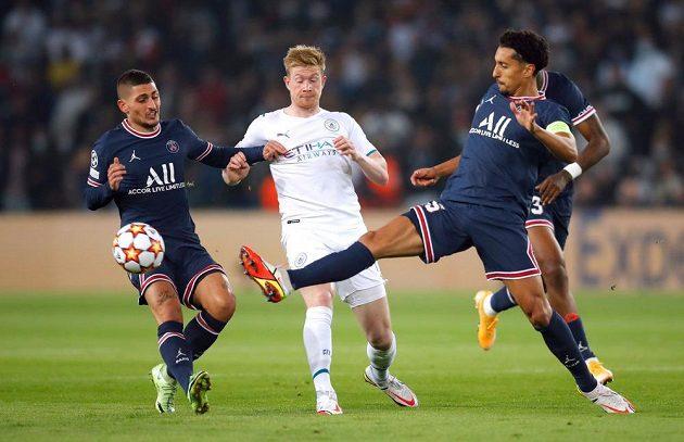 Hráči PSG Marco Verratti (vlevo) a Marquinhos v souboji s Kevinem De Bruynem z Manchesteru City.