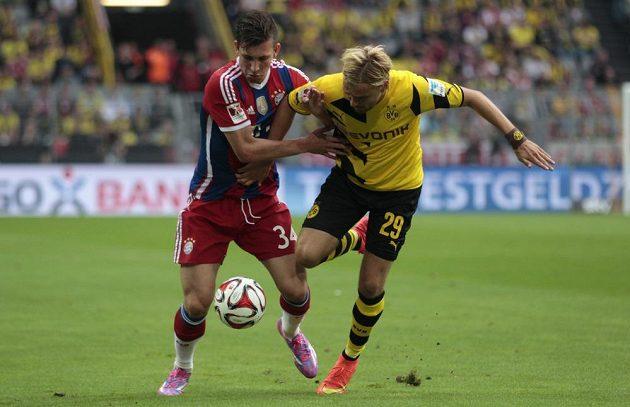 Pierre-Emile Hjobjerg z Bayernu (vlevo) bojuje o míč s Marcelem Schmelzerem z Borussie Dortmund.