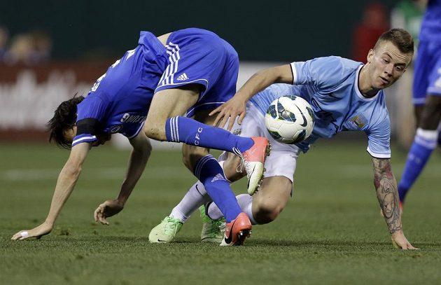 Jossi Benajun (vlevo) z Chelsea v nefotbalové pozici při souboji s Emyrem Huwsem z Citizens.