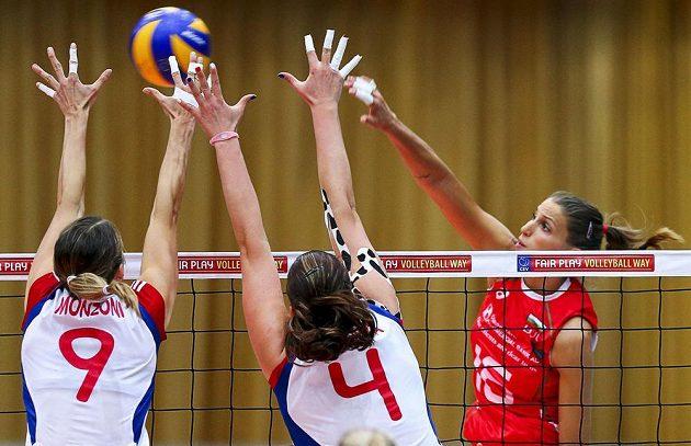 České volejbalistky Aneta Havlíčková (uprostřed) a Michaela Monzoni se snaží zablokovat smečující Elicu Vasiljevovou z Bulharska.