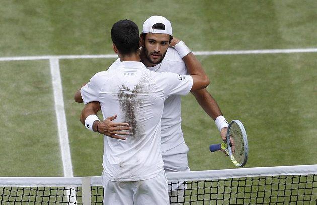 Novak Djokovič a Matteo Berrettini (dále) se objímají po finále Wimbleodnu.