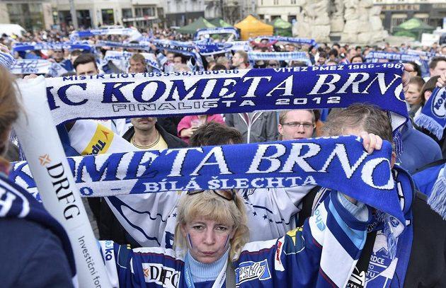 První finále hokejové extraligy mezi Bílými Tygry Liberec a Kometou mohli fanoušci sledovat na velkoplošné obrazovce na Zelném trhu v Brně.