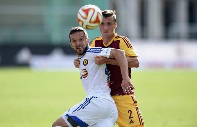 Jihlavský útočník Haris Harba(vlevo) a Michal Jeřábek z Dukly Praha bojují o míč.