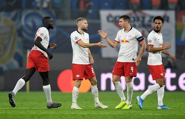 Fotbalisté Lipska se radují z gólu proti Zenitu v Lize mistrů.