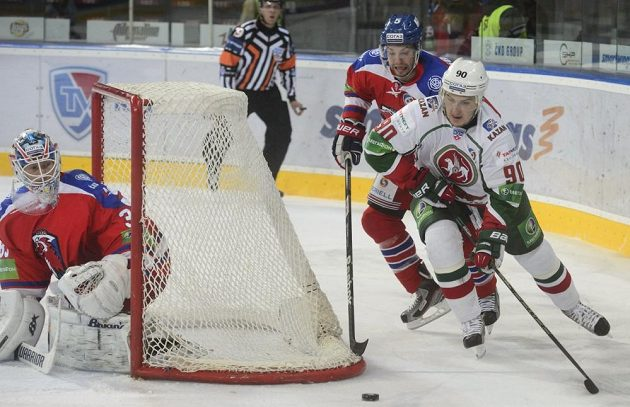 Zleva Petri Vehanen z HC Lev Praha, Kirill Petrov z AK BARS Kazaň a Marc-André Gragnani z HC Lev Praha.