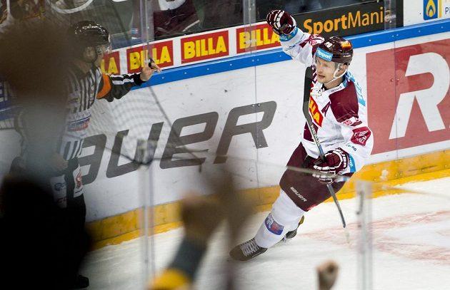 Útočník Sparty Petr Vrána se raduje z gólu proti Chomutovu.