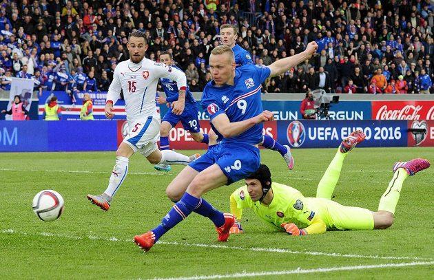 Kolbeinn Sigthórsson překonává brankáře Petra Čecha a střílí vítězný gól Islandu v utkání s českými fotbalisty. V pozadí Lukáš Vácha.