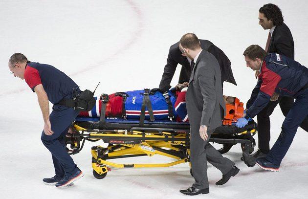 Obránce Montrealu Canadiens P.K. Subban opouští led na nosítkách.