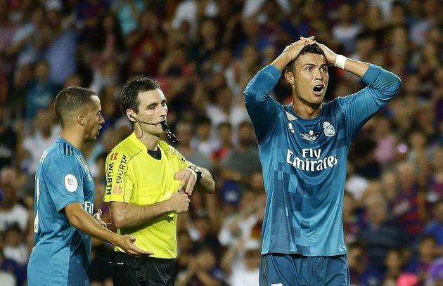 Jako kdyby Cristiano Ronaldo nevěřil, že dostal od rozhodčího červenou kartu.