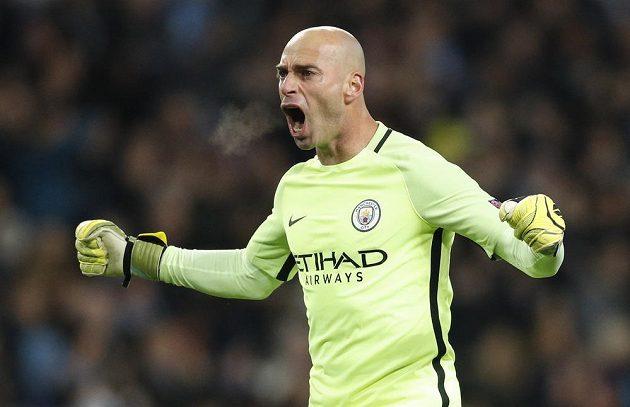 Brankář Willy Caballero z Manchesteru City se raduje po gólu Ilkaye Gündogana proti Barceloně.