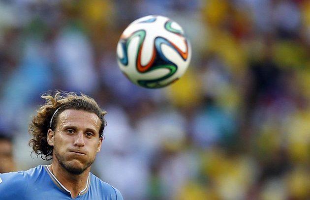 Uruguayec Diego Forlán spěchá za míčem v duelu s Kostarikou.